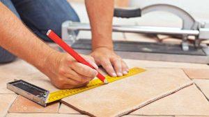 cortando azulejos, aprendiendo a utilizar un corta azulejos