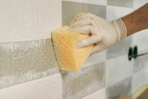 como quitar la silicona vieja de los azulejos, quitar silicona de azulejos